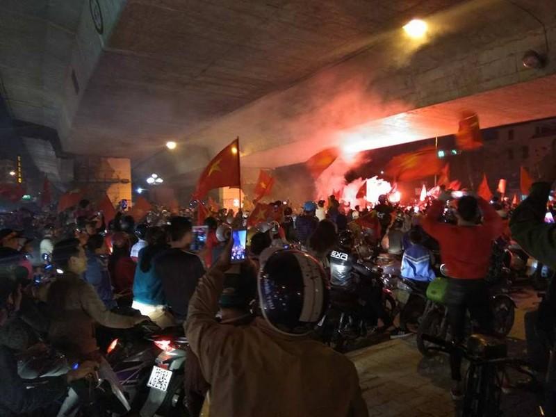 Chảo lửa Lạch Tray bùng nổ vì kỳ tích của U-23 Việt Nam - ảnh 1