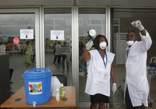 Nhân viên y tế có mặt tại sân bay Felix Houphouet-Boigny của Bờ Biển Ngà - Ảnh: Reuters