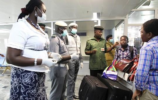 Một phụ nữ nghi nhiễm Ebola chết trên máy bay - ảnh 1