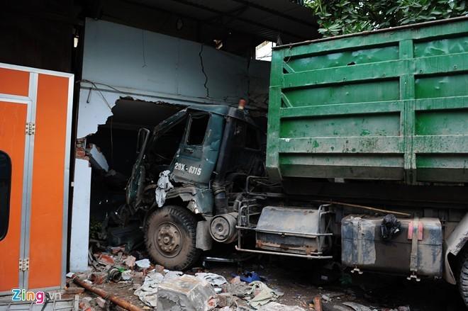 Xe chở rác nuốt xe máy vào gầm, 6 người nhập viện - ảnh 1