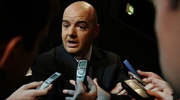 Chủ tịch FIFA đi máy bay giá rẻ và nói về Nga, Qatar - ảnh 1