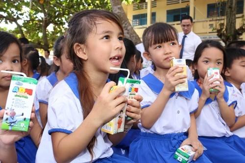 111.000 ly sữa trao cho trẻ em An Giang - ảnh 2