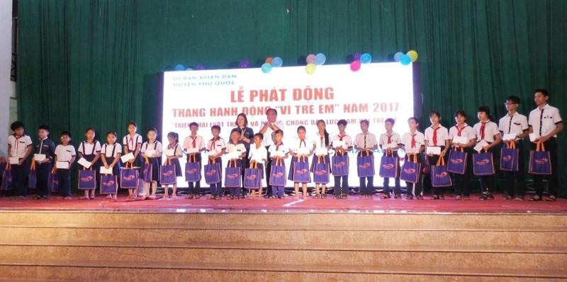 Trao 300 suất học bổng cho trẻ em tại Phú Quốc - ảnh 1