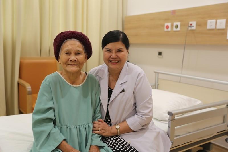 Giải phóng khối u buồng trứng cho cụ bà 92 tuổi - ảnh 1