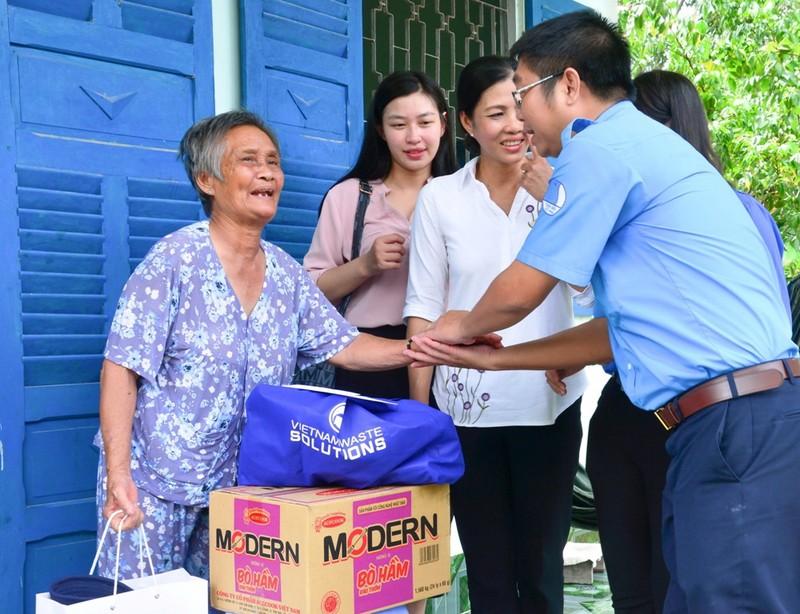 Một ngày theo chân VWS đi trao quà từ thiện - ảnh 5