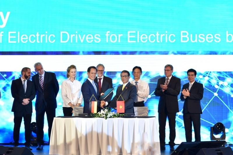 VinFast ký hợp tác với Siemens sản xuất xe buýt điện - ảnh 1
