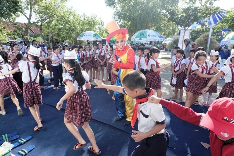 Vinamilk trao 64.000 ly sữa cho trẻ em Bình Định - ảnh 2