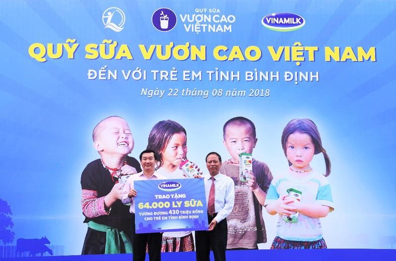 Vinamilk trao 64.000 ly sữa cho trẻ em Bình Định - ảnh 1
