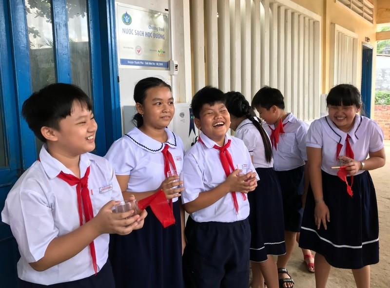 Hàng chục ngàn học sinh, giáo viên Bến Tre có nước uống sạch - ảnh 1
