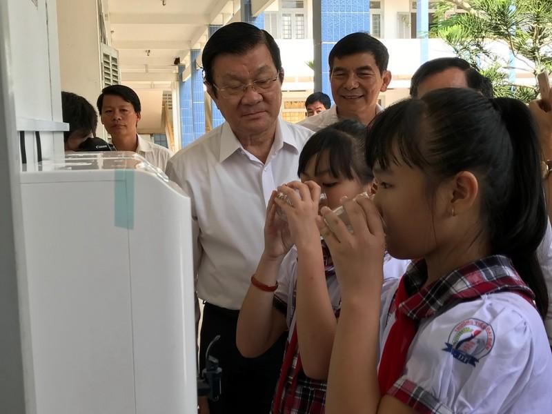 Hàng chục ngàn học sinh, giáo viên Bến Tre có nước uống sạch - ảnh 2