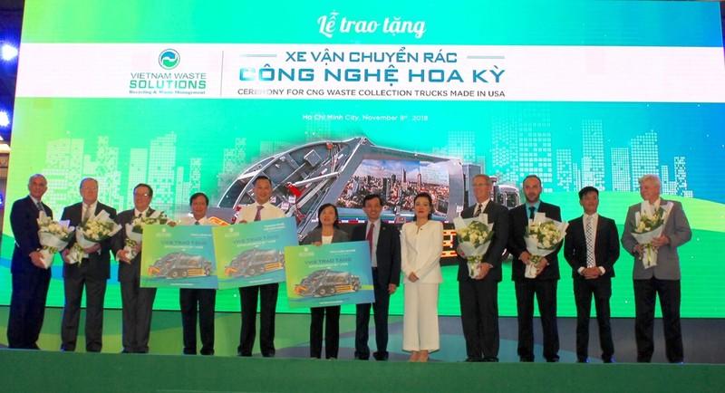 VWS tặng 6 xe chở rác của Mỹ cho TP.HCM, Long An, Kiên Giang  - ảnh 1