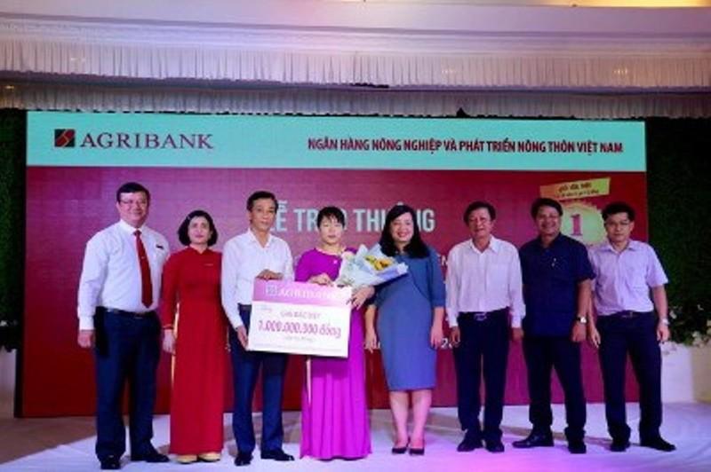 Agribank trao sổ tiết kiệm 1 tỷ đồng cho khách hàng may mắn    - ảnh 1