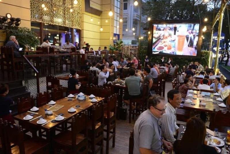 Cấm bán rượu, bia sau 22 giờ: Quán ở phố Bùi Viện lo phá sản   - ảnh 1