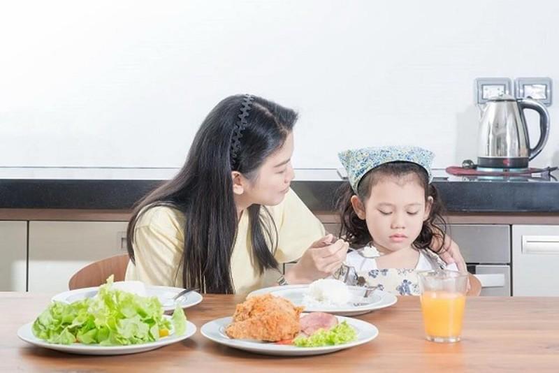 Những điều cha mẹ cần làm khi bé kén ăn - ảnh 1
