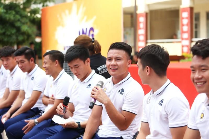 Quang Hải, Bùi Tiến Dũng giao lưu với học sinh dịp Trung thu   - ảnh 2