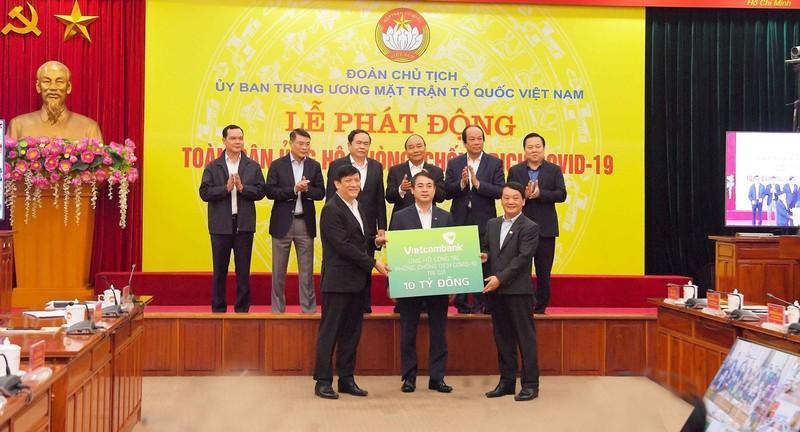 Vietcombank ủng hộ 10 tỉ đồng chống dịch COVID-19 - ảnh 1