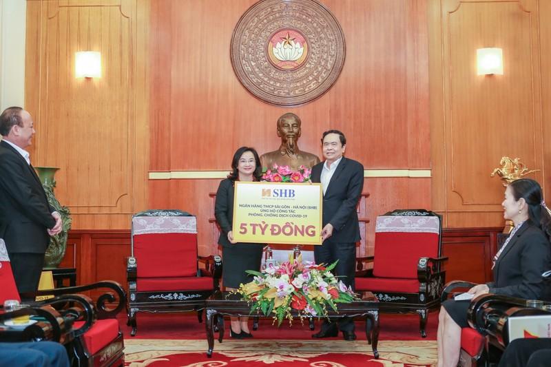 Gia đình bầu Hiển chung tay chống COVID-19 thêm 4,5 tỉ đồng - ảnh 1