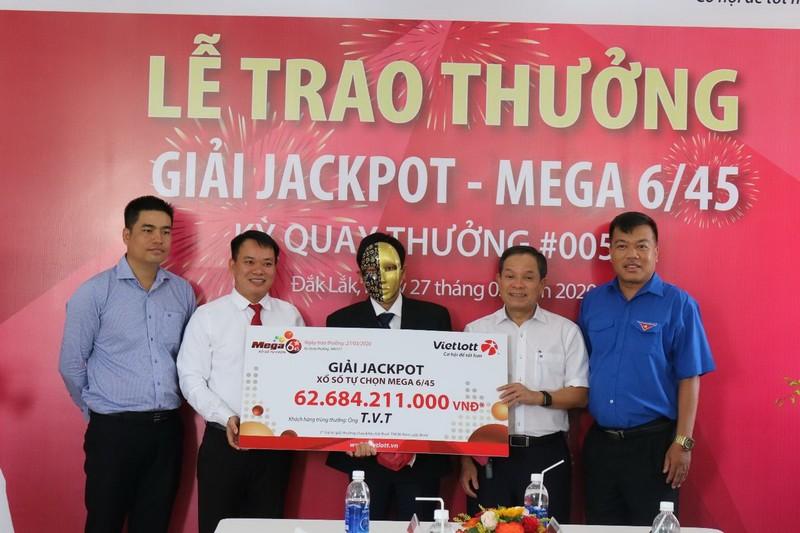 Vietlott và chủ nhân Jackpot 62,2 tỉ chung tay chống COVID-19  - ảnh 2