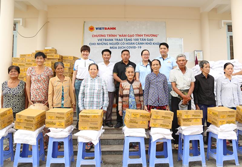 Vietbank trao 100 tấn gạo đến các gia đình khó khăn - ảnh 1