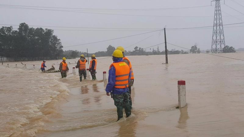 Điện lực Hà Tĩnh nỗ lực cấp điện cho người dân sau mưa lũ - ảnh 1