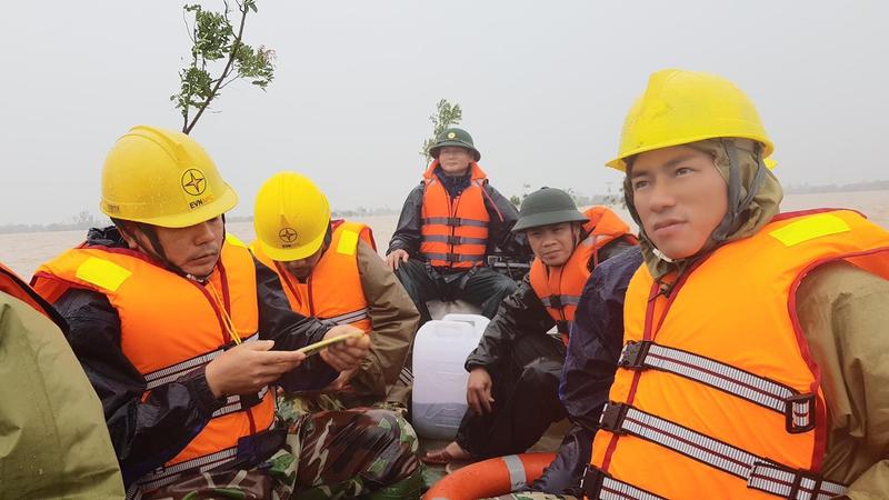 Điện lực Hà Tĩnh nỗ lực cấp điện cho người dân sau mưa lũ - ảnh 2
