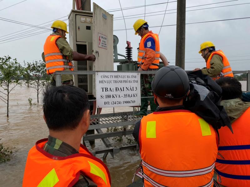 Điện lực Hà Tĩnh nỗ lực cấp điện cho người dân sau mưa lũ - ảnh 3