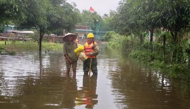 Điện lực Hà Tĩnh nỗ lực cấp điện cho người dân sau mưa lũ - ảnh 4