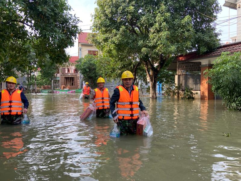 Điện lực Hà Tĩnh nỗ lực cấp điện cho người dân sau mưa lũ - ảnh 5