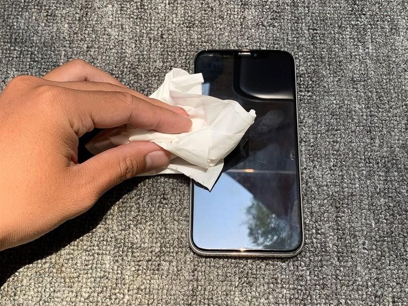 Cách vệ sinh iPhone 11 của giới trẻ thời COVID                 - ảnh 1