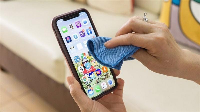 Cách vệ sinh iPhone 11 của giới trẻ thời COVID                 - ảnh 2
