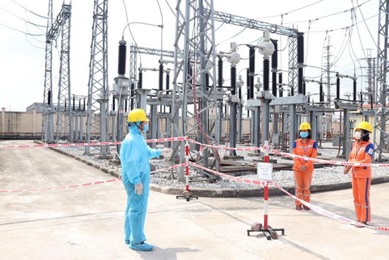 EVNNPC: Thợ điện trong tâm dịch COVID-19 - ảnh 1
