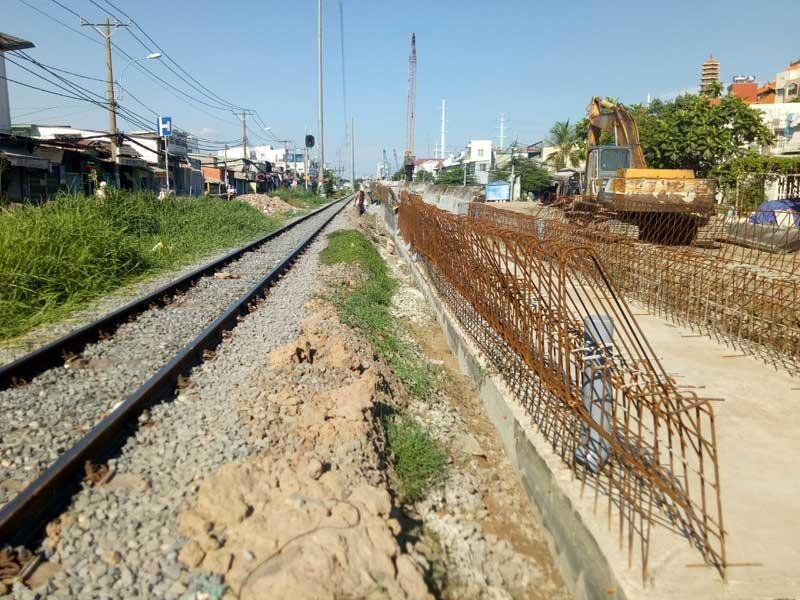 Cảnh công trường cầu đường sắt Bình Lợi mới chậm tiến độ - ảnh 12