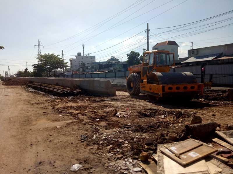 Cảnh công trường cầu đường sắt Bình Lợi mới chậm tiến độ - ảnh 1