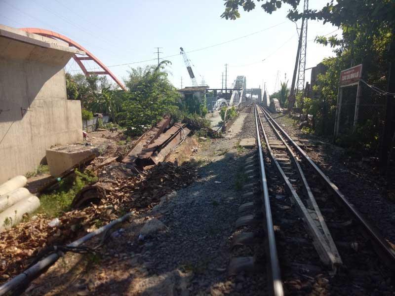 Cảnh công trường cầu đường sắt Bình Lợi mới chậm tiến độ - ảnh 5