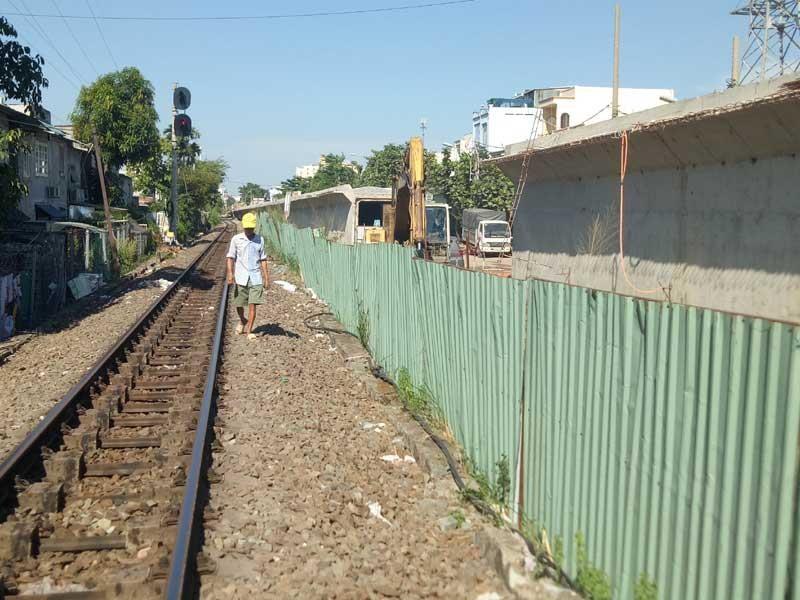 Cảnh công trường cầu đường sắt Bình Lợi mới chậm tiến độ - ảnh 3