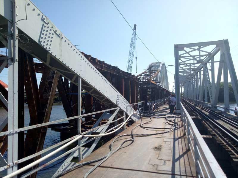 Cảnh công trường cầu đường sắt Bình Lợi mới chậm tiến độ - ảnh 8