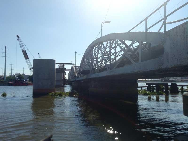 Cảnh công trường cầu đường sắt Bình Lợi mới chậm tiến độ - ảnh 6