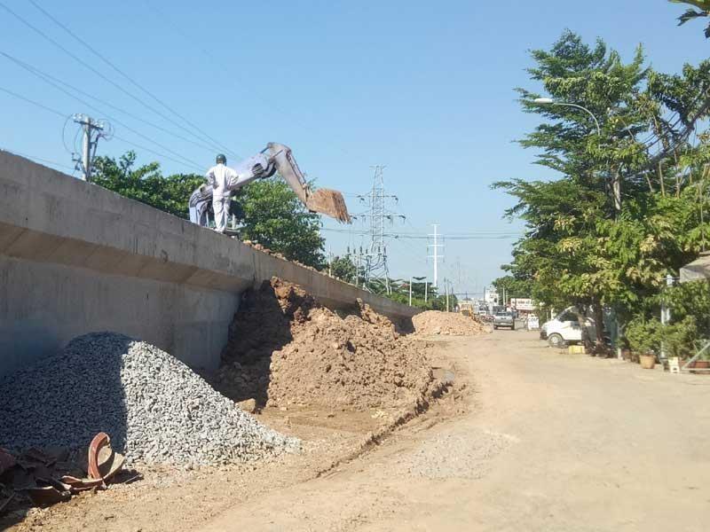 Cảnh công trường cầu đường sắt Bình Lợi mới chậm tiến độ - ảnh 2