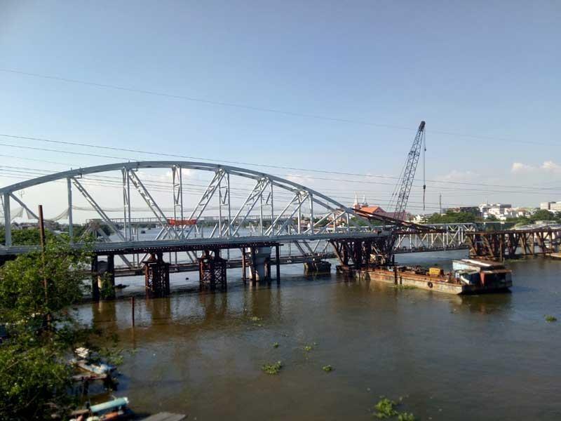 Cảnh công trường cầu đường sắt Bình Lợi mới chậm tiến độ - ảnh 7