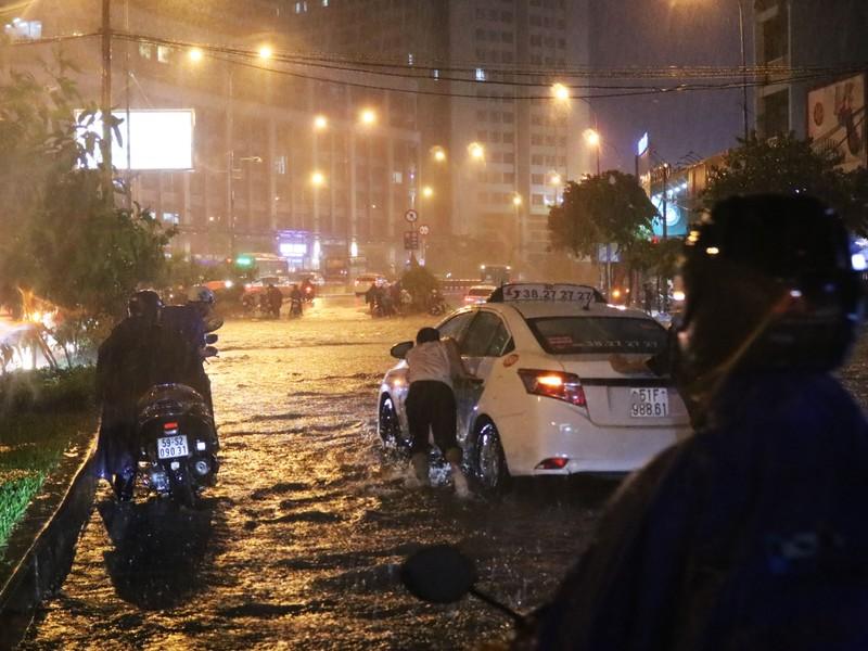 Đường Nguyễn Hữu Cảnh ngập sâu trong cơn mưa dai dẳng - ảnh 2