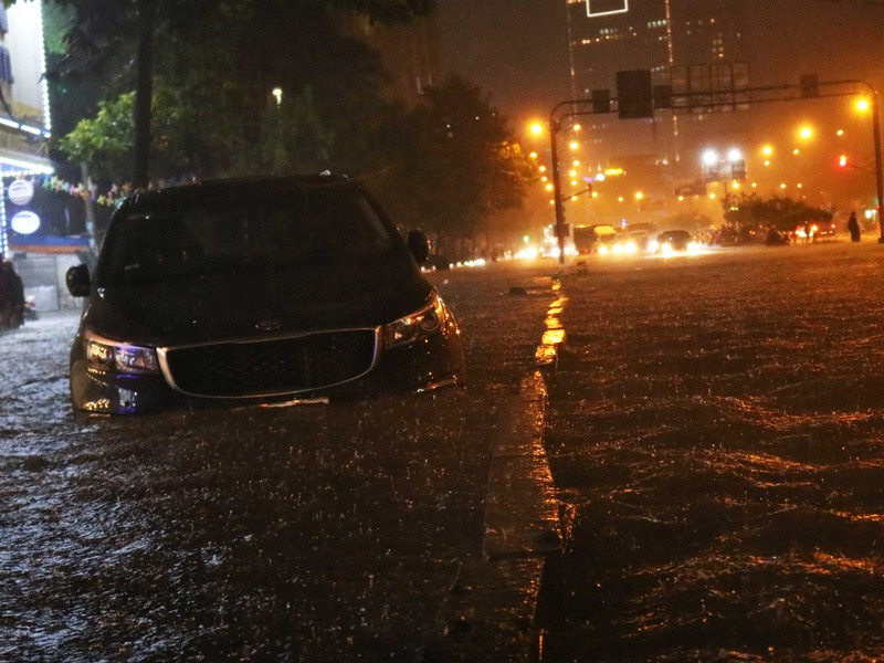 Đường Nguyễn Hữu Cảnh ngập sâu trong cơn mưa dai dẳng - ảnh 1