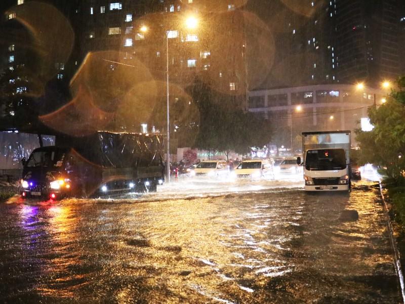 Đường Nguyễn Hữu Cảnh ngập sâu trong cơn mưa dai dẳng - ảnh 3
