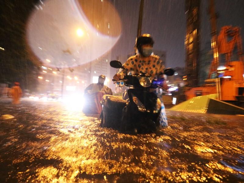 Đường Nguyễn Hữu Cảnh ngập sâu trong cơn mưa dai dẳng - ảnh 4