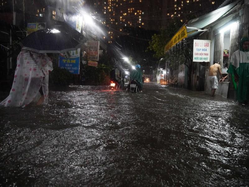 Đường Nguyễn Hữu Cảnh ngập sâu trong cơn mưa dai dẳng - ảnh 6