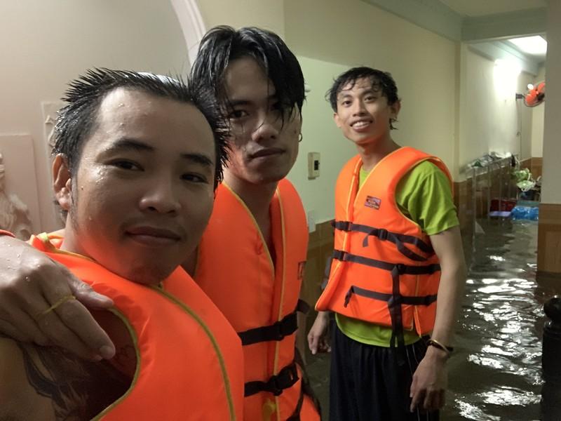 Mưa kỷ lục: Dân bơi thuyền ra phố để mang xe máy vào nhà - ảnh 2