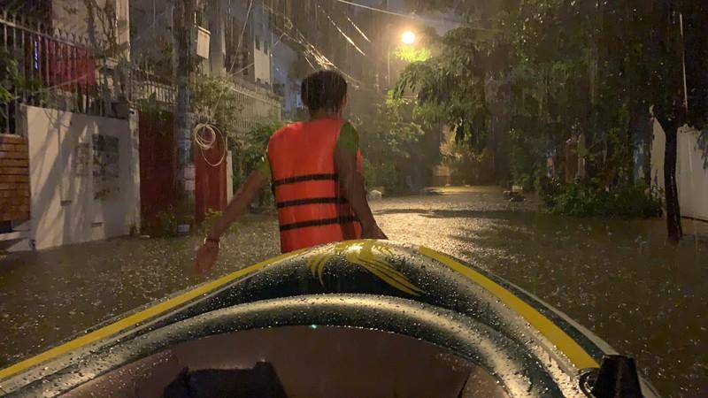 Mưa kỷ lục: Dân bơi thuyền ra phố để mang xe máy vào nhà - ảnh 3