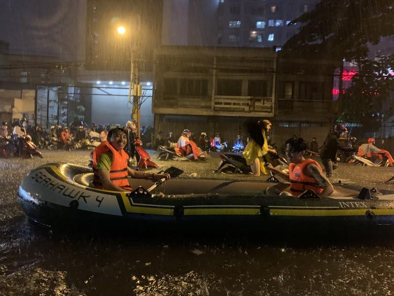 Mưa kỷ lục: Dân bơi thuyền ra phố để mang xe máy vào nhà - ảnh 4