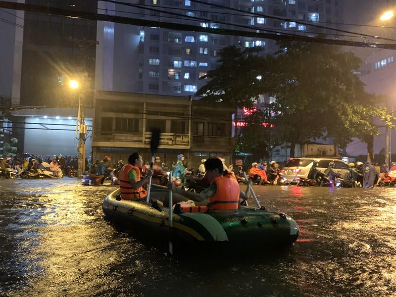 Mưa kỷ lục: Dân bơi thuyền ra phố để mang xe máy vào nhà - ảnh 5