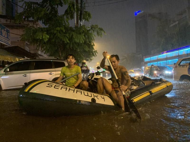 Mưa kỷ lục: Dân bơi thuyền ra phố để mang xe máy vào nhà - ảnh 6