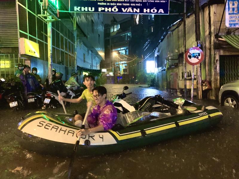 Mưa kỷ lục: Dân bơi thuyền ra phố để mang xe máy vào nhà - ảnh 7